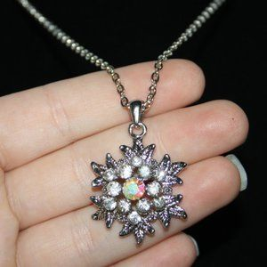 Beautiful silver nwot snowflake necklace